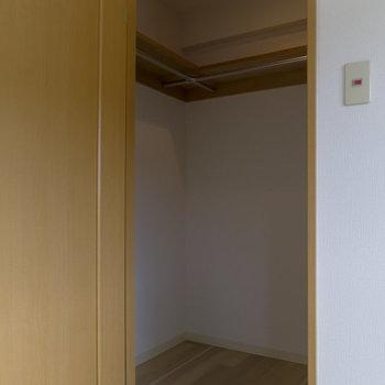 【洋室】こちらのお部屋にはウォークインクローゼットがございます。