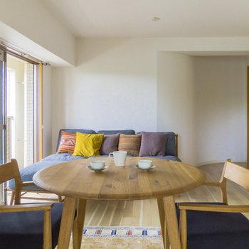 【LDK】一枚目の反対側から。※家具はサンプルです