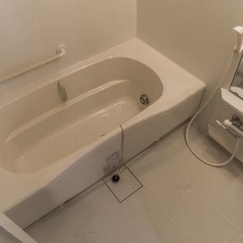 広々の浴槽。リラックスできそうです。
