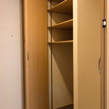 洗濯機置場の横には5段の収納スペースが。