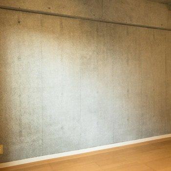 一面コンクリートの壁はかっこいいですね。ここにベッドを置きましょうか。