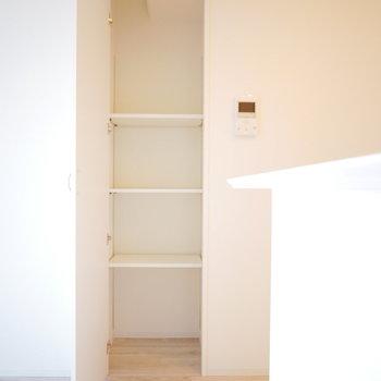 キッチン横に収納スペース