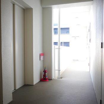 共用廊下は外に面していて明るいです