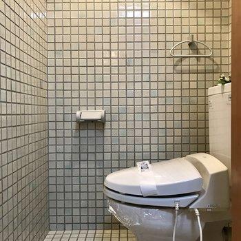 全面タイルでおしゃれな飲食店のトイレのよう。ウォシュレット付いてます。