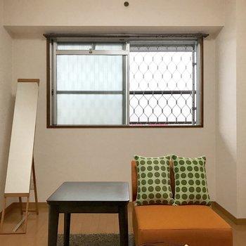 玄関側の洋室。こちらには小窓。
