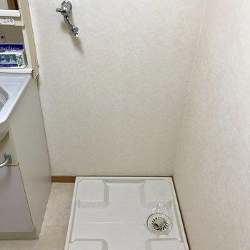 脱衣所に洗濯機が置けます。