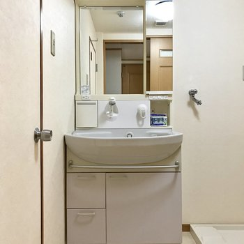 洗面台の鏡にはくもり止めがついているからお風呂上がりでもはっきり!