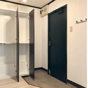玄関は可動式のシューズBOX!と、コートなどを掛けれるフックもネ!