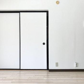 お隣の扉は和室に繋がります。