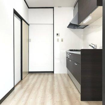 キッチンは冷蔵庫置くスペースあり!食器棚とか置くとちょっと狭くなるかな?