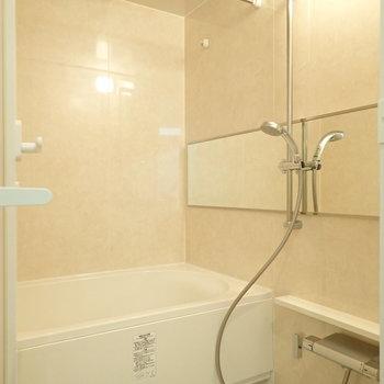 浴室乾燥付きなので室内干しが可能。