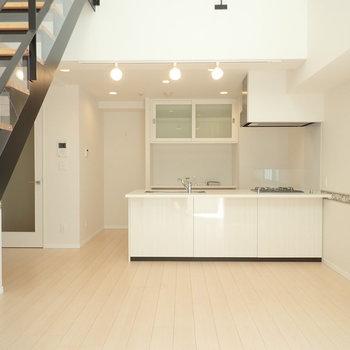 【LDK】キッチンは対面式、ちょっとしたカウンターもついています。