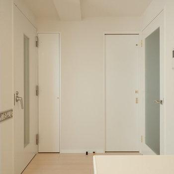 左が防音室、右が玄関、スライドドアはトイレです。