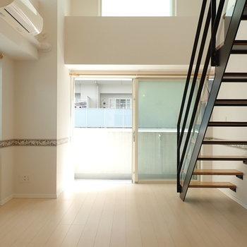 【LDK】2面採光のお部屋、心地よい光が入ります。
