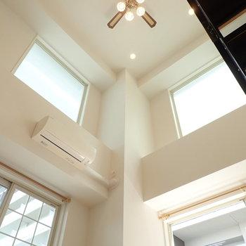 【LDK】天井が高く、開放感に溢れています。