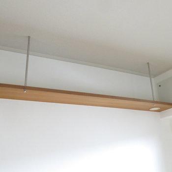 洋室2:天井には吊り下げ棚が!