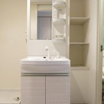 洗面台の横には収納棚も◎