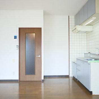 壁付のキッチンなのでリビングが広く使えますね◎