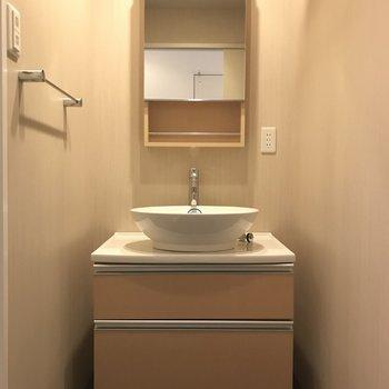 可愛い洗面台ですが、収納もたっぷり。(※写真は13階の反転間取り別部屋のものです)