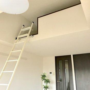 天井が高いんです!※写真は3階の反転間取り別部屋、モデルルームのものです。