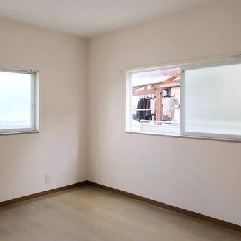 こちらも二面採光!お隣と近いけど、すりガラスの窓で視線を遮られます。
