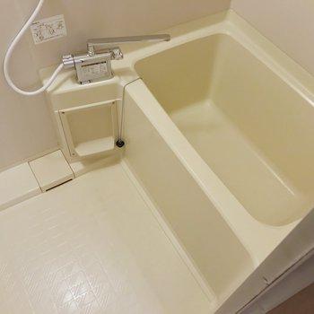 お風呂はサーモ水栓。温度調節簡単です。