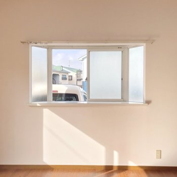 出窓はすりガラスになっています。
