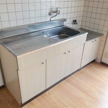 2口コンロ設置可能。洗った食器に油が飛ばない配置も好き。