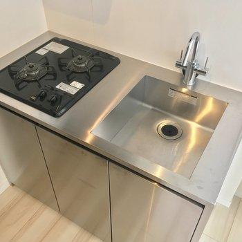 キッチンはコンパクトですが、ガスコンロ2口でお料理の幅が広がります