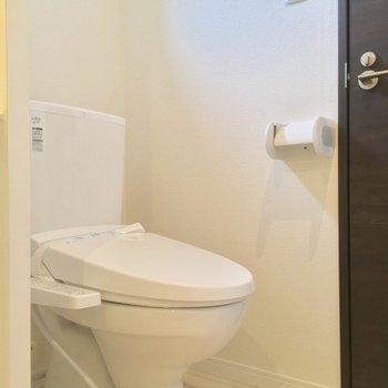 トイレも同じスペースに。小窓があって明るいですネ