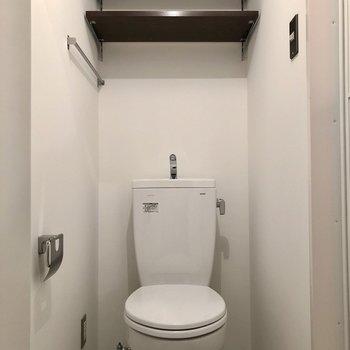 上部棚が便利なトイレ。脱衣所にあります。