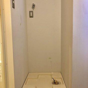 室内に洗濯機置場あります※クリーニング前の写真です
