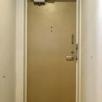 シンプル玄関※クリーニング前の写真です