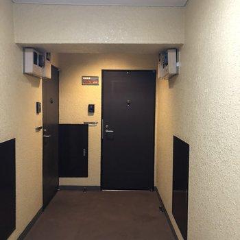 右奥の扉がお部屋の入り口