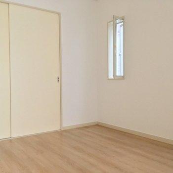 ダイニングにピッタリ。小窓も付いてますよ〜(5帖洋室)