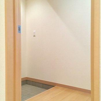 玄関ホールも広いんだゾ※クリーニング前の写真