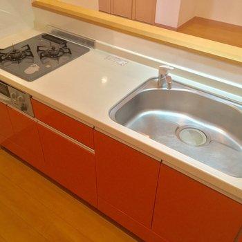 ピンクグレープフルーツみたいなキッチン。便利な2口ガスコンロ+グリル付き◎(LDK)※クリーニング前の写真