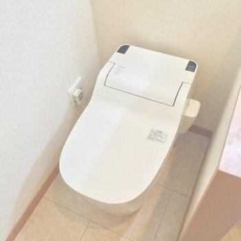 タンクレスのウォシュレット付きトイレ!※クリーニング前の写真