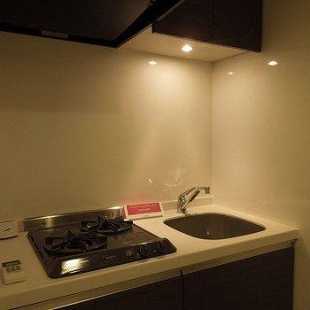 2口コンロで1人暮らしでもお料理したくなりますね  ※写真は10階の同間取りのお部屋です。