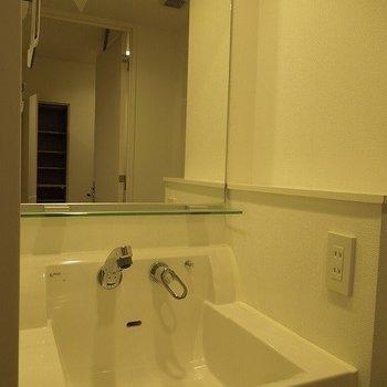 大きめ洗面台  ※写真は10階の同間取りのお部屋です。