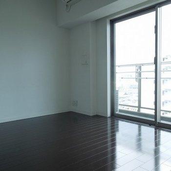 窓からの採光GOOD  ※写真は10階の同間取りのお部屋です。
