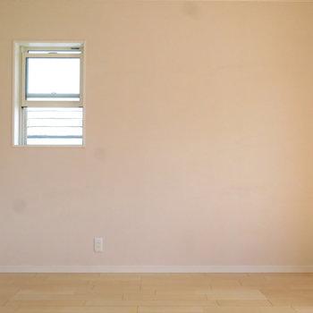 ベランダ側の洋室はサクラ色!◎