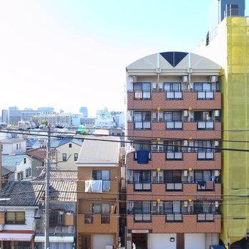通りの向こう側のマンションが見えます。遠いので、視線はそれほど気にならないかと。