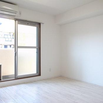 パッと明るいお部屋。実はこっちの壁もささやかなアクセントクロスです。