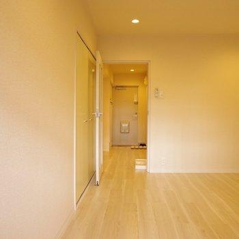 洋室から玄関を眺める。