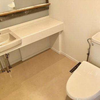 水回りもオシャレなの!トイレは仕切りなしのタイプです。