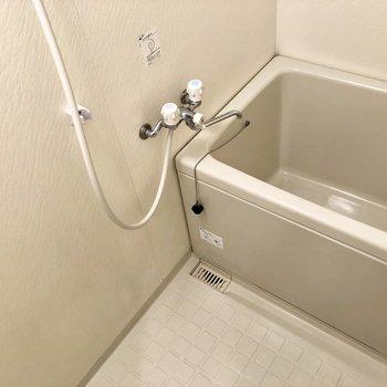 お風呂はシンプル。鏡は用意してね。
