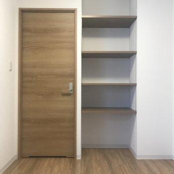 お部屋① 本や小物を飾れますね