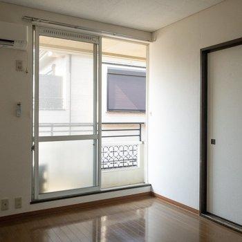 【洋室6.0帖】窓枠からは年代が感じられます。