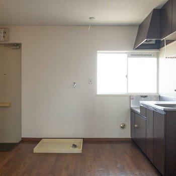 【DK】玄関の真横には洗濯機置場。
